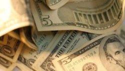 Официальный курс доллара впервые за две недели упал ниже 33 руб.