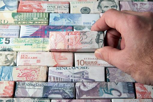 В ФНБ разрешили вкладывать швейцарские франки и канадские доллары