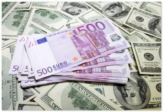Москвичи скупают валюту на фоне роста курсов евро и доллара