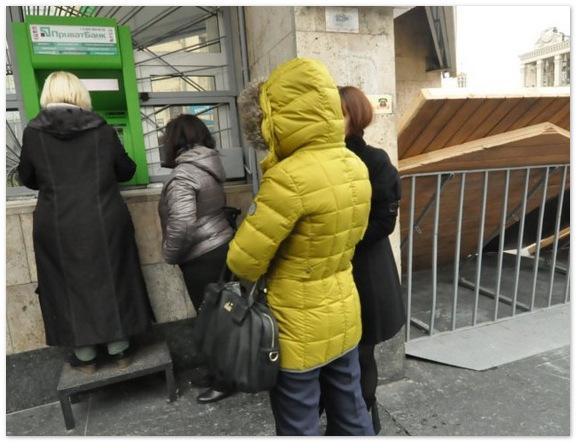 Украинцы сняли с банковских счетов больше $3 млрд.
