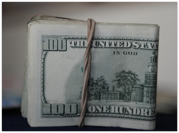 Официальный курс доллара к рублю упал на 13,93 коп. - до 34,2797 руб./долл.