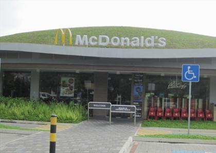 Для Сингапура разработали эксклюзивный зеленый McDonald's с травой на крыше