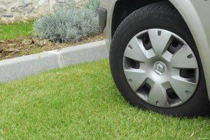 Самарцам запретили парковаться на газонах и детских площадках