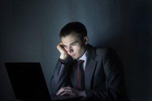 Более 30% россиян постоянно задерживаются на работе