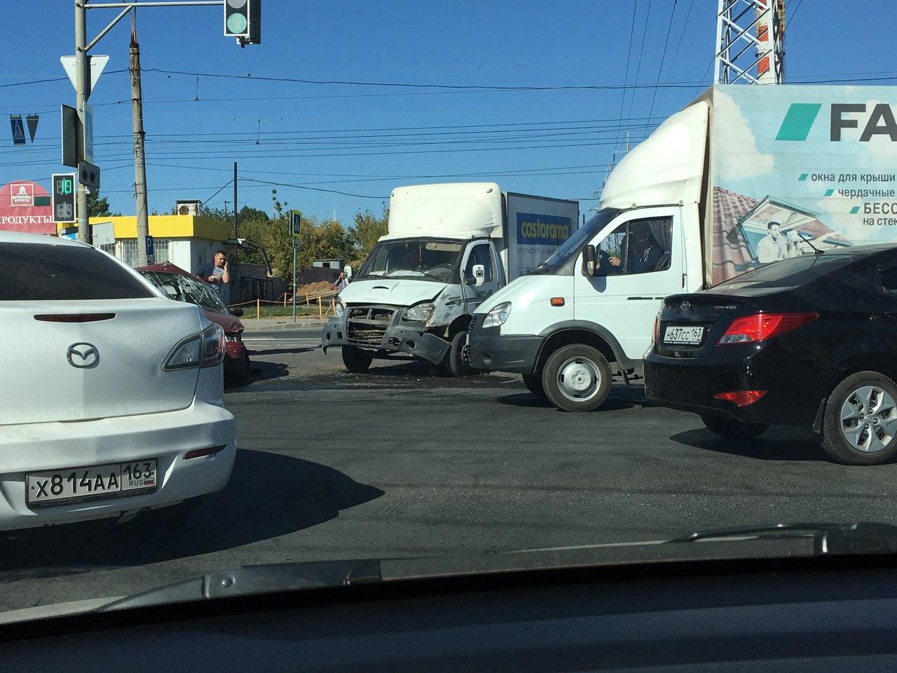 В Самаре на пересечении Антонова-Овсеенко и Карбышева столкнулись три автомобиля