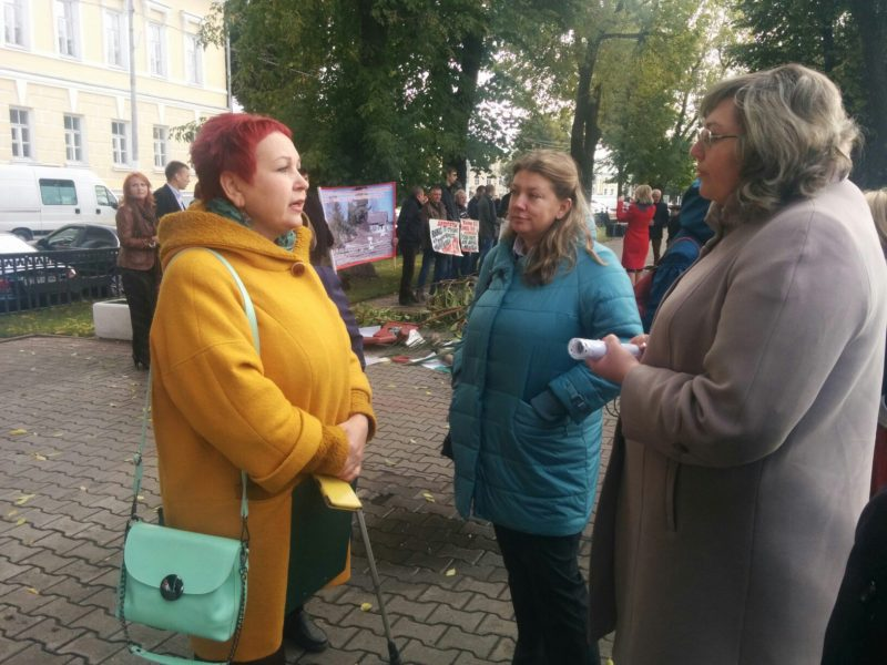 Под окнами Виктора Емца устроили разборки из-за продажи станции юннатов в Костроме