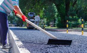 На главном проспекте Елабуги завершается работа по прокладке тротуара