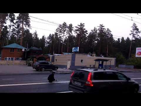 Видео: в Тольятти мужчина топором пытался стереть дорожную разметку