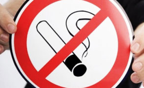 Минздрав выступил за запрет курения возле подъездов жилых домов