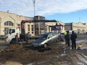 В Сызрани автомобиль провалился в яму с водой