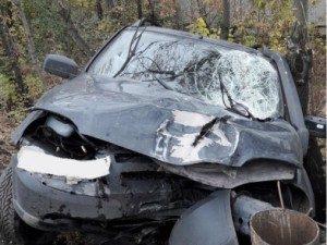 В Самаре автомобиль«Chevrolet NIVA»вылетел сдороги иснёс столб