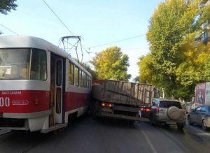В Самаре КАМАЗ столкнулся с трамваем на пересеченииГагарина и Промышленности