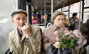 Медики призвали прекратить уступать пожилым место в транспорте