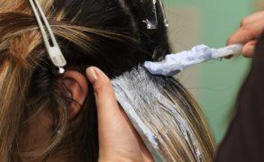 Медики рассказали о связи окрашивания волос с ростом риска заболеть раком груди