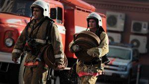 В Самаре полтора часа тушили пожар на складе автозапчастей