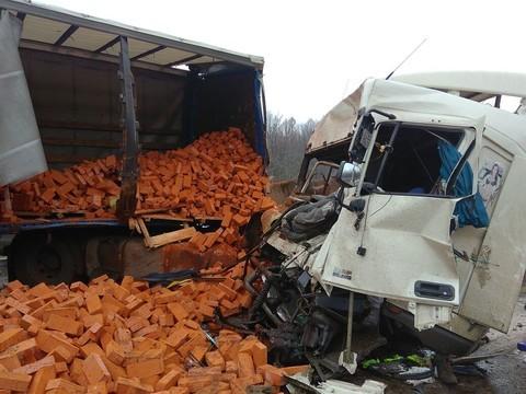 В Татарстане груженая кирпичами фура столкнулась с Mercedes, есть погибшие