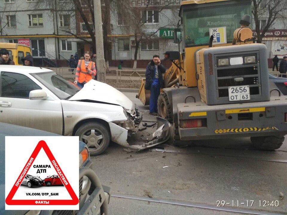 ДТП в Самаре: лихач на погрузчике разбил легковушку и заблокировал движение трамваев
