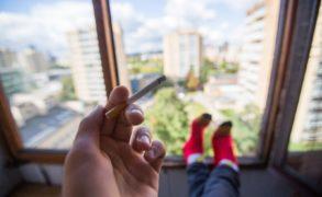 Курящие на балконах жители России будут платить соседям