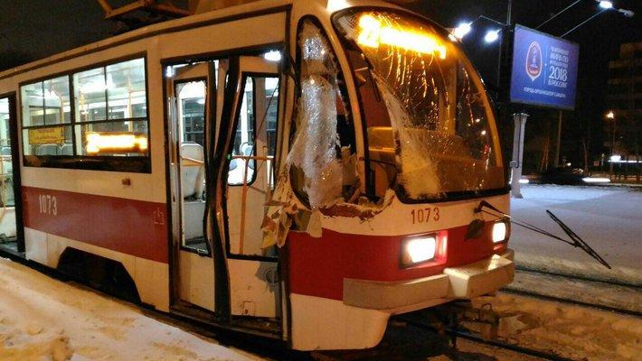 В Самаре водитель трактора не заметил трамвай и протаранил его