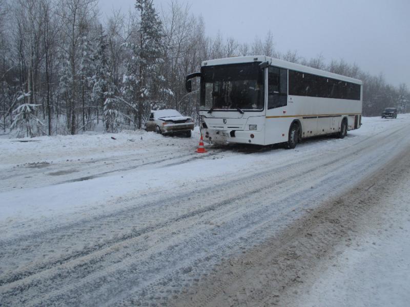 В Самарской области легковушка попала под автобус, пострадали два человека
